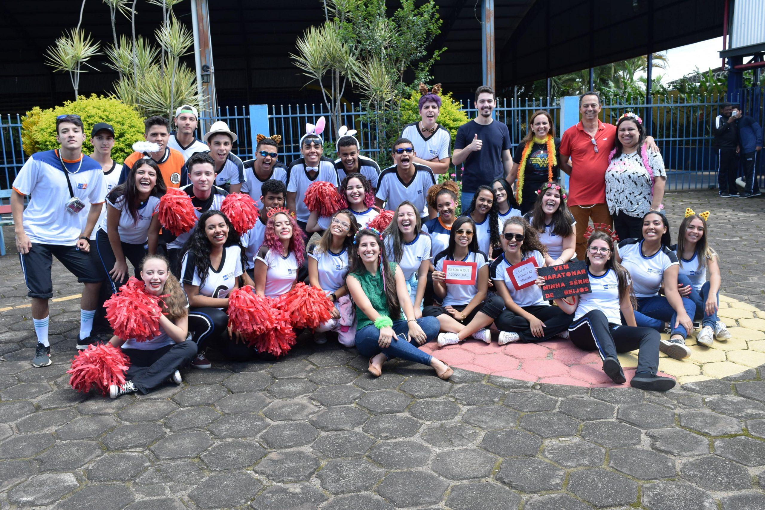 Bloco de carnaval solidário anima alunos do CET